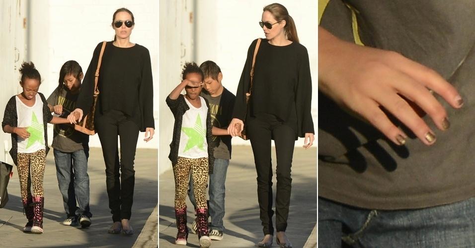 13.fev.2013 - Angelina Jolie passeia com os filhos Zahara e Pax em um centro comercial de Los Angeles