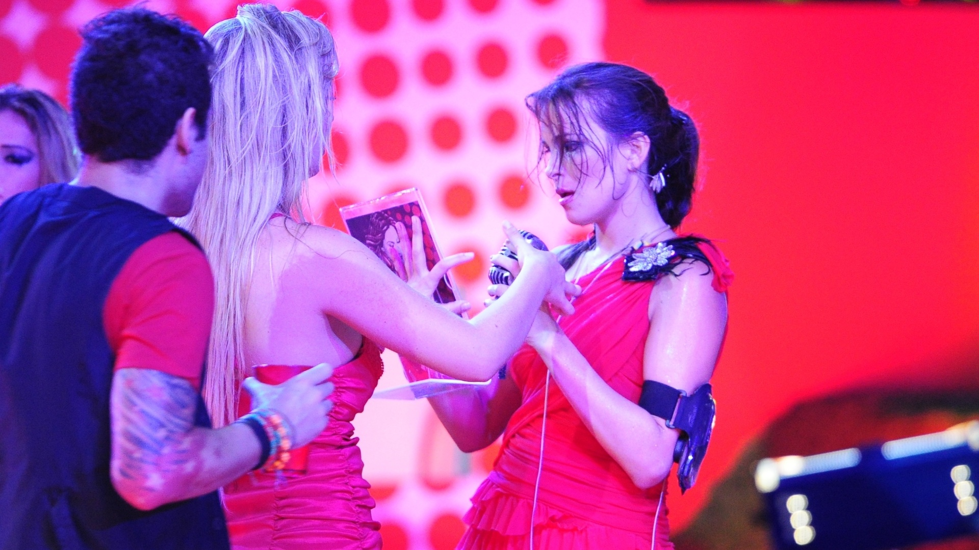 13.fev.2013 - Fernanda e Kamilla dançam juntas na festa