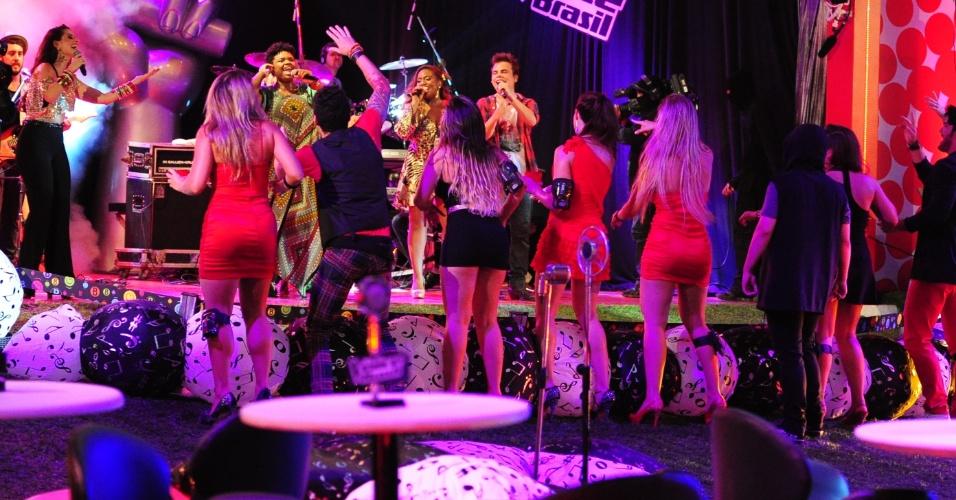 """13.fev.2013 - Participantes vibram com cantores do """"The Voice Brasil"""""""