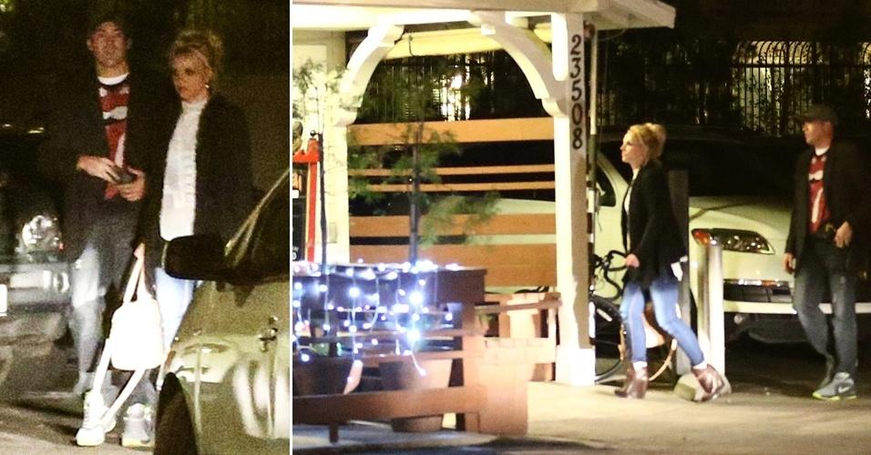 14.fev.2013 - Britney Spears janta com rapaz no dia dos namorados norte-americano em Calabasas, Califórnia