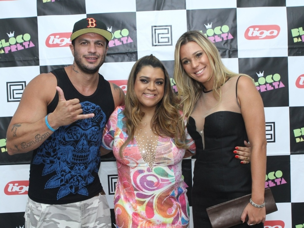 14.fev.2013 - Os ex-BBBs Kleber Bambam e Marien posam com Preta Gil durante apresentação do Bloco da Preta no Barra Music, em Jacarepaguá, Rio de Janeiro
