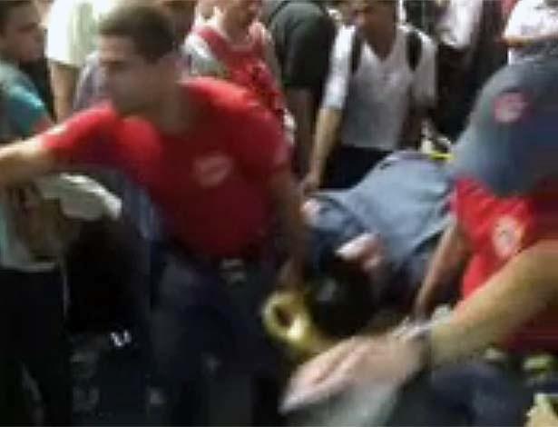 15.fev.2013 - Passageiro passa mal e é retirado de maca da estação de integração de trem e metrô de Pinheiros, na zona oeste de São Paulo. Três passageiros desmaiaram na plataforma durante tumulto depois que a circulação de trens foi interrompida após alagamento