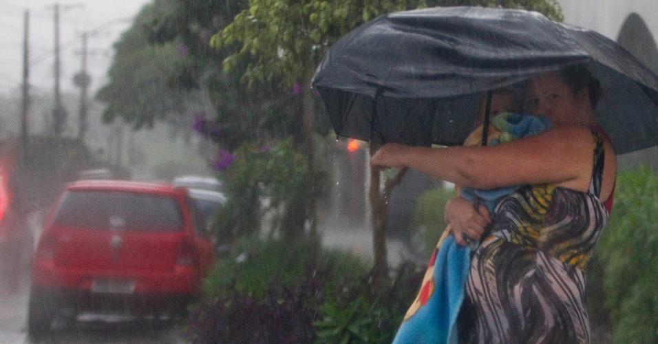 15.fev.2013 - A chuva forte que atingiu a cidade de São Paulo provocou alagamentos em ruas do bairro Santa Cecília, na região central da capital, nesta sexta-feira (15)