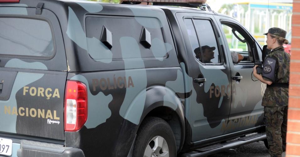 15.fev.2013 - Agentes da Força Nacional chegaram à base aérea da Aeronáutica de Florianópolis nesta sexta-feira (15) para ajudar o governo catarinense no combate ao crime organizado. De dentro das prisões, líderes do PGC (Primeiro Grupo Catarinense) ordenaram pelo menos cem ataques em 30 cidades, em um período de 17 dias