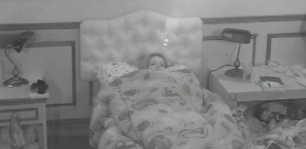 15.fev.2013 - Após a saída de alguns brothers para a prova do anjo, Fani se revira na cama no quarto biblioteca