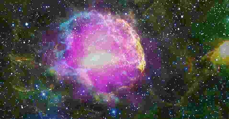 """15.fev.2013 - Após analisar dados do telescópio espacial de raios gama Fermi, da Nasa (Agência Espacial Norte-Americana), cientistas comprovaram que os raios cósmicos são criados nas supernovas. É que essas explosões de estrelas gigantes aceleram prótons tão rapidamente que faz com eles se espalhem por toda a galáxia, acertando constantemente a Terra. """"Raios cósmicos não são exatamente raios, mas basicamente prótons. No entanto, não são todas as partículas subatômicas aceleradas na supernova que se transformam em raios cósmicos, e sim uma pequena parte"""" - Nasa/DOE/Fermi LAT Collaboration, NOAO/Aura/NSF, JPL-Caltech/Ucla"""