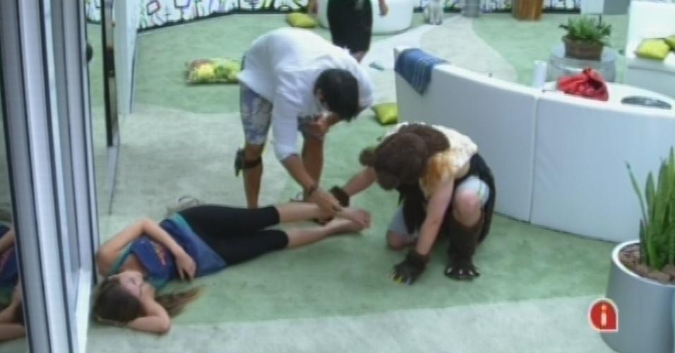 15.fev.2013 - Após esbarrar em Ivan na corrida ao Big Fone, Kamilla cai e machuca a perna, Ela, porém, tranquilizou Marcello e Ivan, dizendo que não havia torcido o tornozelo