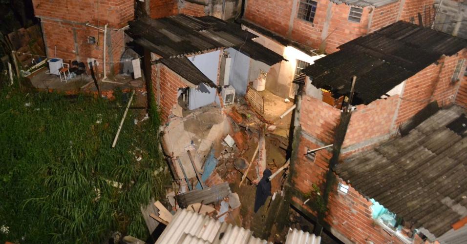 15.fev.2013 - Casas desabam na rua Salgo, no Jardim Elba, zona leste de São Paulo, após a chuva forte que atingiu a Grande São Paulo no fim da tarde de quinta-feira (14). A Defesa Civil interditou o local