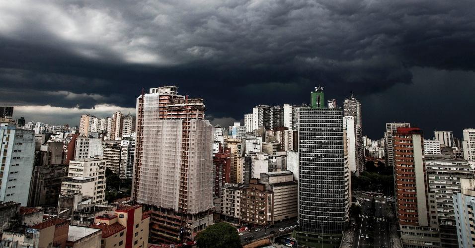 15.fev.2013 - Chuva e nuvens carregadas no céu da região central de São Paulo na tarde desta sexta-feira (15)