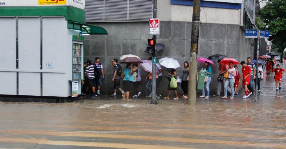 15.fev.2013 - Chuva provoca ponto de alagamento na esquina da avenida Domingos de Morais com a rua Loefgreen, no bairro Vila Mariana, zona sul de São Paulo, na tarde desta sexta-feira (15)