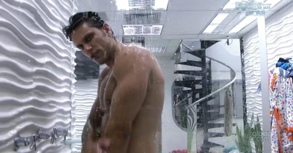 15.fev.2013 - Eliéser toma banho sozinho na casa principal