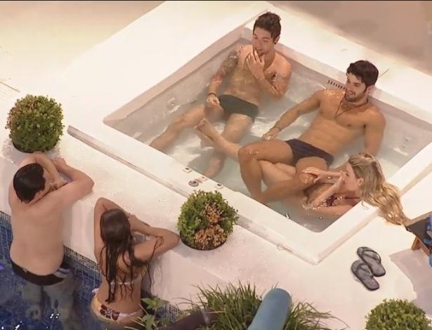 15.fev.2013 - Enquanto Nasser, Marcello e Fernanda relaxam no ofurô, Ivan e Andressa nadam na piscina