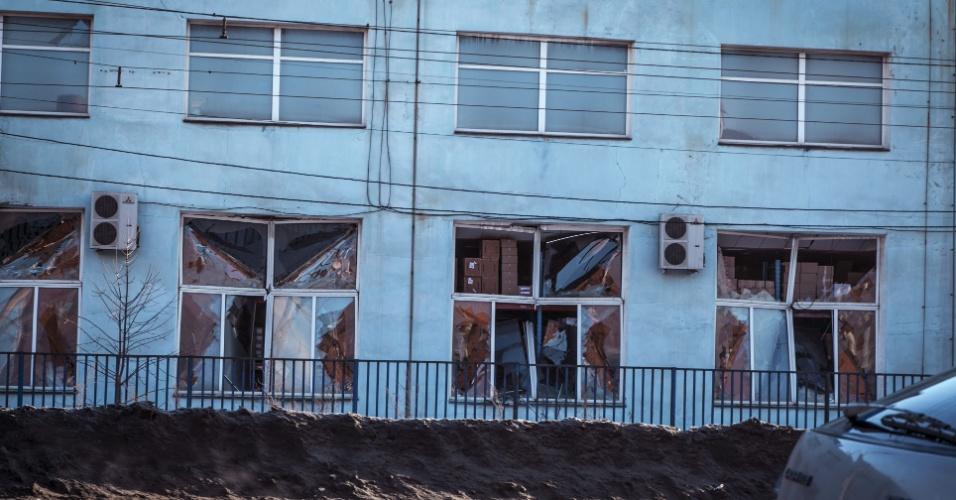 15.fev.2013 - Fachada de prédio é danificada pela onda de choque provocada pela passagem de meteoro em Tcheliabinsk, Rússia. Quase mil pessoas ficaram feridas