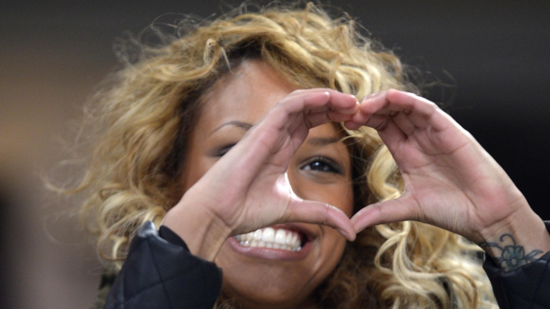 15.fev.2013 - Fanny Neguesha mostra todo seu carinho por Balotelli em jogo do Milan
