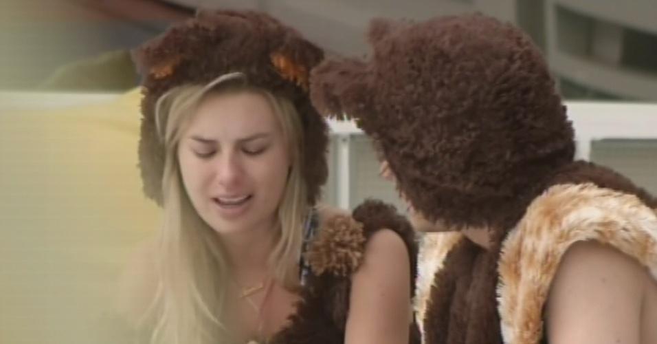 15.fev.2013 - Fernanda chora por causa de André e pede conselho a Ivan