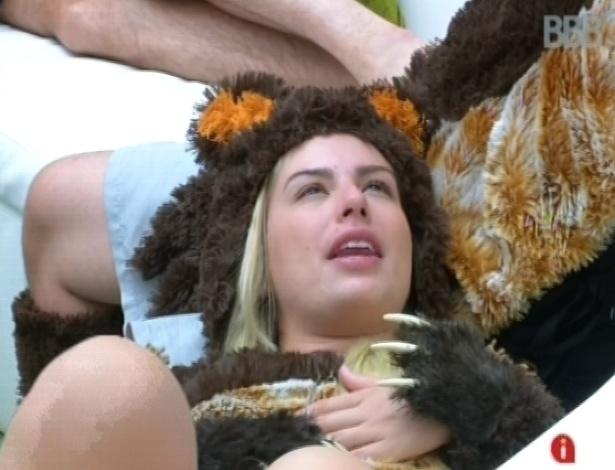 15.fev.2013 - Fernanda deita no colo de Ivan depois de ir para o quintal no primeiro castigo do monstro