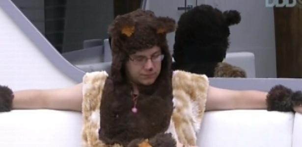 15.fev.2013 - Fernanda deita no colo de Ivan. Os dois se vestiram de urso para encarar o castigo do monstro