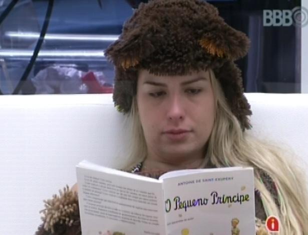 """15.fev.2013 - Fernanda lê o livro """"O Pequeno Príncipe"""" na sala, vestida de urso para o castigo do monstro"""