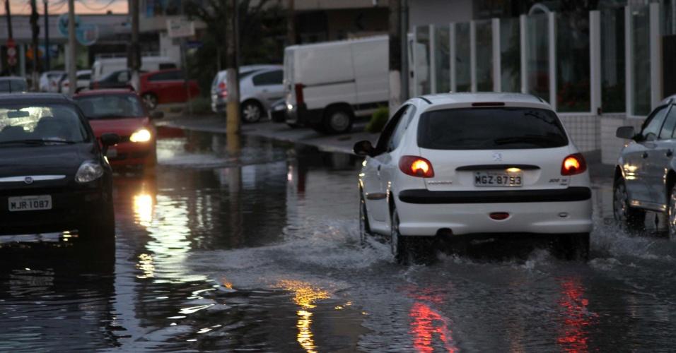 15.fev.2013 - Forte chuva provoca alagamento em Campinas, na cidade de São José, Santa Catarina