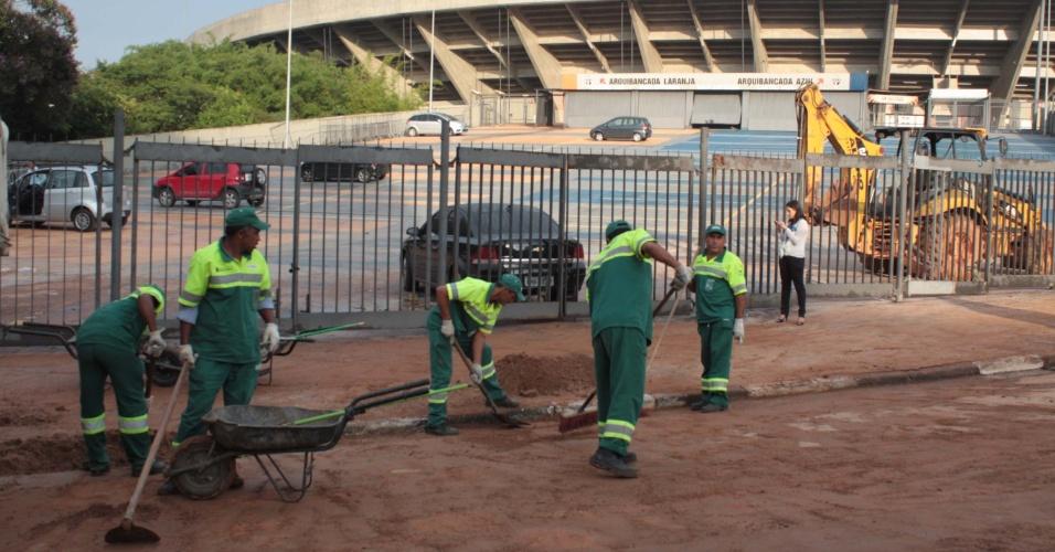 15.fev.2013 - Funcionários da Prefeitura de São Paulo limpam ruas no entorno do estádio do Morumbi, no bairro do Morumbi, zona sul de São Paulo, um dia depois da forte chuva que castigou a região. Um muro do estádio chegou a cair por causa do temporal