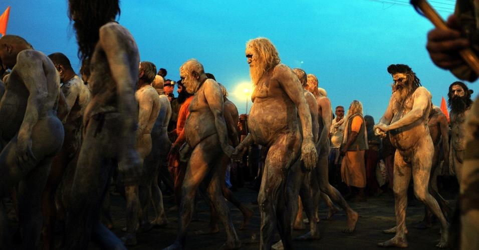 """15.fev.2013 - Grupo de hindu """"Naga sadhus"""", ou homens santos nús, participam de uma procissão na confluência do rios Ganges, Yamuna  e Saraswati, no festival religioso Maha Kumbh Mela em Allahabad, na Índia"""