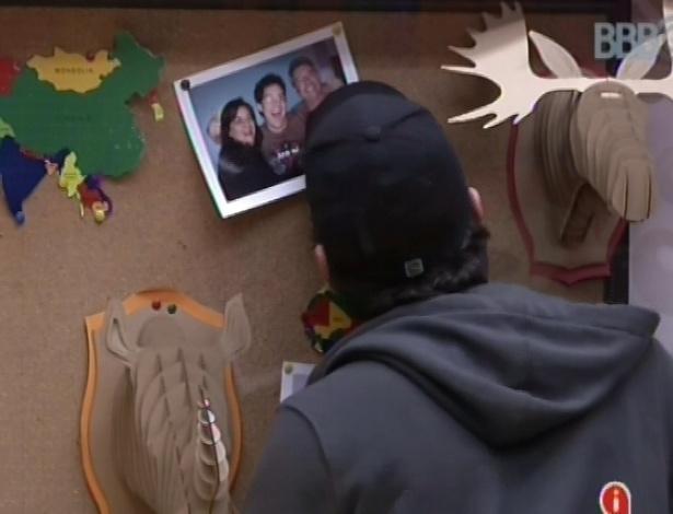 15.fev.2013 - Ivan conversa com a fotografia de sua namorada fora da casa, Vanessa, antes de ir dormir