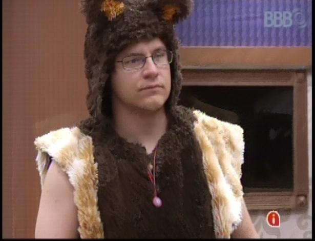 15.fev.2013 - Ivan se veste de urso para encarar o castigo do monstro