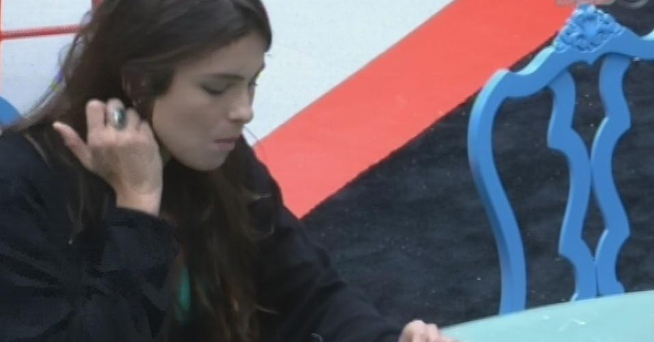 15.fev.2013 - Kamilla come após acordar de soneca durante a tarde