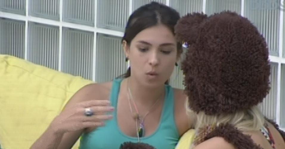 15.fev.2013 - Kamilla diz a Fernanda que levou alfinetada de Andressa na prova do anjo