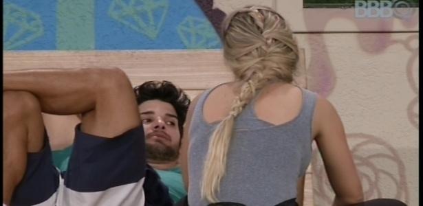 15.fev.2013 - Marcello aconselha Fernanda a como agir com André dentro da casa