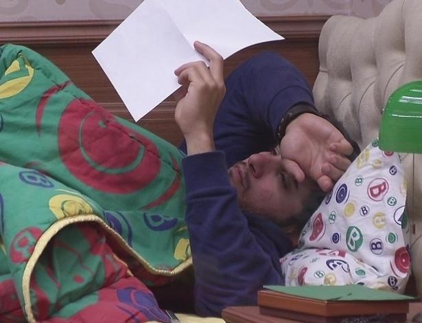 15.fev.2013 - Marcello acorda nesta tarde e relê carta que recebeu da irmã quando foi anjo