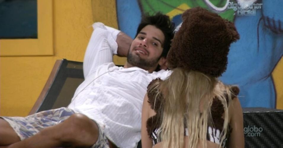 15.fev.2013 -  Marcello diz a Fernanda que não gostaria de ser emparedado com Kamilla