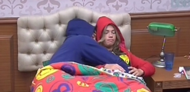 15.fev.2013 - Marcello vai deitar com Fani, que diz que não está se sentindo muito bem