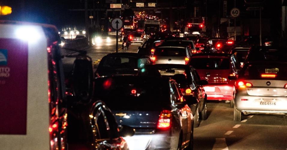 15.fev.2013 - Motoristas enfrentaram congestionamento durante a noite desta quinta-feira (14) na avenida Eusébio Matoso, em Pinheiros, na zona oeste de São Paulo. Engarrafamentos e pontos de alagamento foram registrados em várias partes da cidade, depois que uma forte chuva atingiu a capital paulista na tarde desta quinta