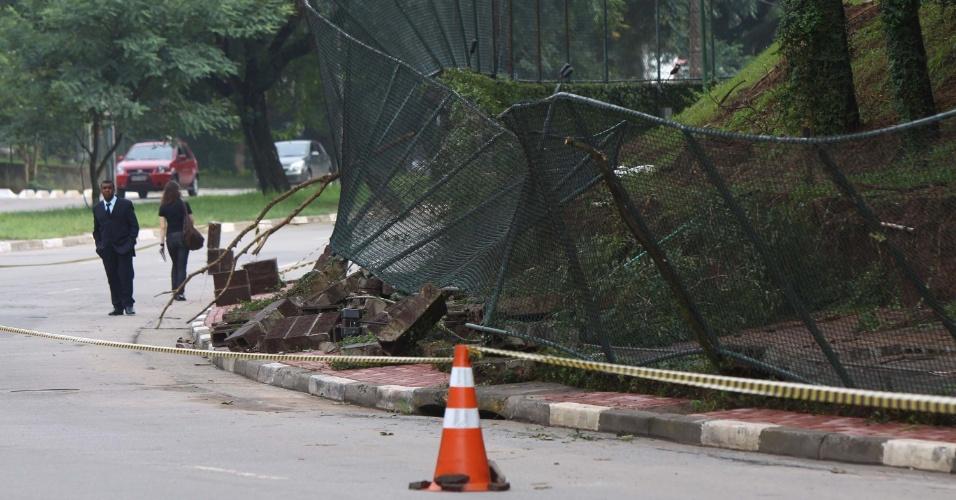 15.fev.2013 - Muro do colégio Miguel de Cervantes, na avenida Jorge João Saad, no Morumbi, zona sul de São Paulo, cai após chuva forte que castigou a Grande São Paulo no fim da tarde de quinta-feira (14)