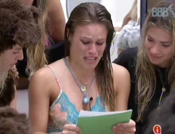 15.fev.2013 - Natália chora ao ler carta que recebeu da família após conquistar o anjo
