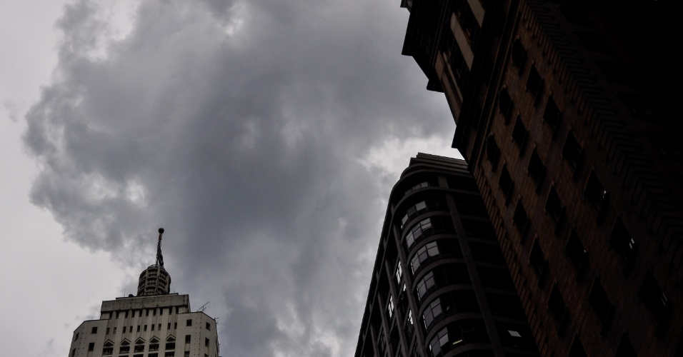 15.fev.2013 - Nuvens carregadas encobrem zona eeste de São Paulo (SP), na tarde desta sexta-feira (15)