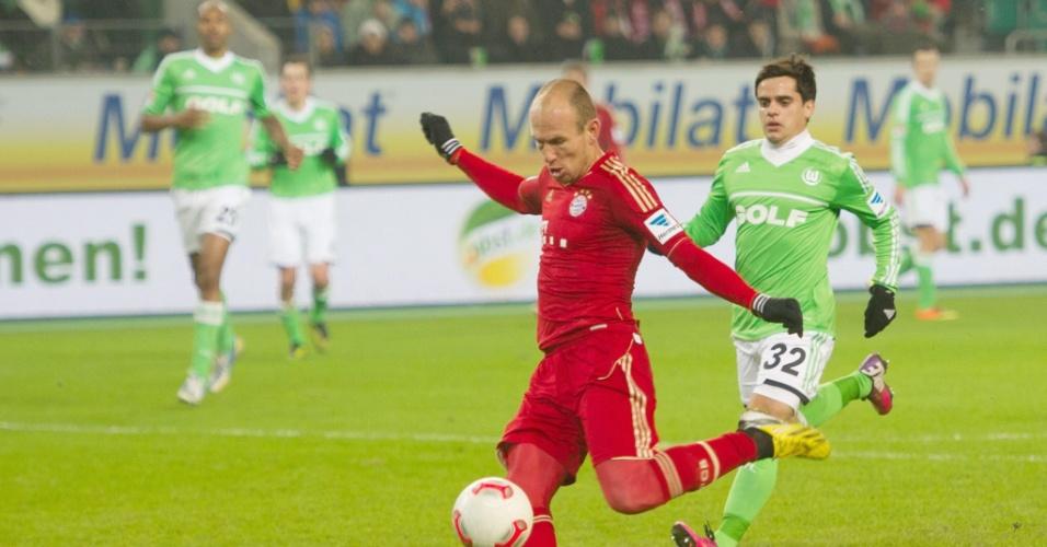 15.fev.2013 - O holandês Robben, do Bayern de Munique, chuta para marcar contra o Wolfsburg