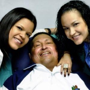 Imagem divulgada no dia 15 de fevereiro mostra Hugo Chávez lendo um jornal ao lado de suas duas filhas, em Havana (Cuba) - Divulgação