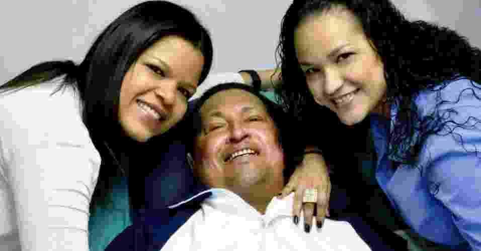 15.fev.2013 - O ministro das Comunicações da Venezuela, Ernesto Villegas, publicou uma imagem do presidente venezuelano, Hugo Chávez, lendo um jornal ao lado de suas duas filhas em Havana (Cuba). Segundo Villegas, a foto foi tirada na quinta-feira (14) - Divulgação