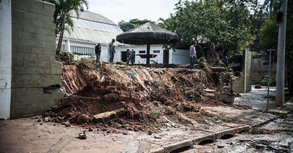 15.fev.2013 - O temporal que atingiu a capital paulista no fim da tarde de quinta-feira (14) causou estragos em várias regiões da cidade