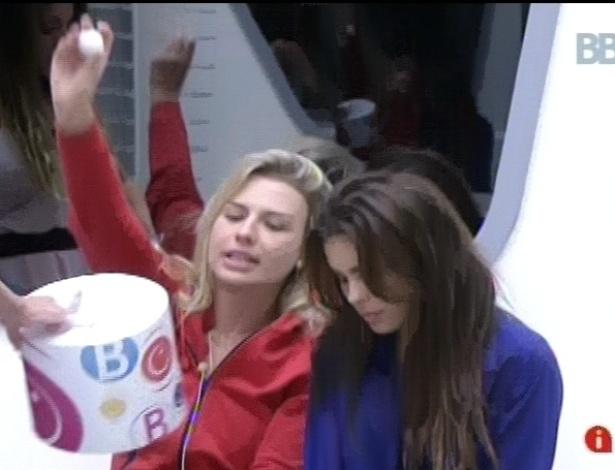 15.fev.2013 - Fernanda tentou pegar a bola vermelha da urna, mas sorteou uma bola branca