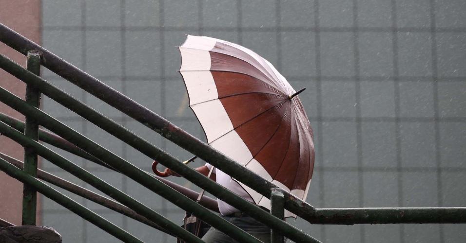 15.fev.2013 - Paulistanos se protegem da chuva na região do aeroporto de Congonhas, em São Paulo (SP), na tarde desta sexta-feira (15)