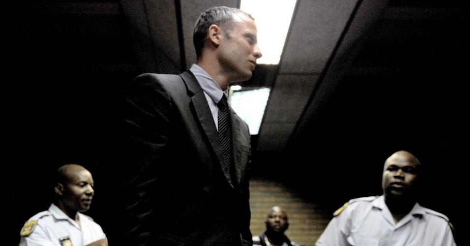 15.fev.2013 - Sul-africano Oscar Pistorius deixa o tribunal em Pretória após audiência em que foi acusado formalmente pelo assassinato da namorada