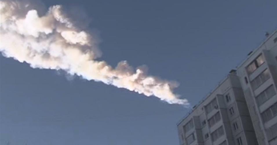 15.fev.2013 - Um meteorito caiu na região de Tcheliabinsk, nos Montes Urais (Rússia), informou o Ministério do Interior do país. Pessoas ficaram feridas ao serem atingidas por estilhaços de vidraças que foram quebradas durante a queda do meteorito