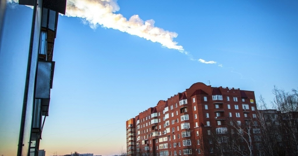 15.fev.2013 - Um meteorito caiu na região de Tcheliabinsk, nos Montes Urais (Rússia), nesta sexta-feira (15). Autoridades informaram que a queda provocou danos em prédios e casas e deixou cerca de cem pessoas feridas