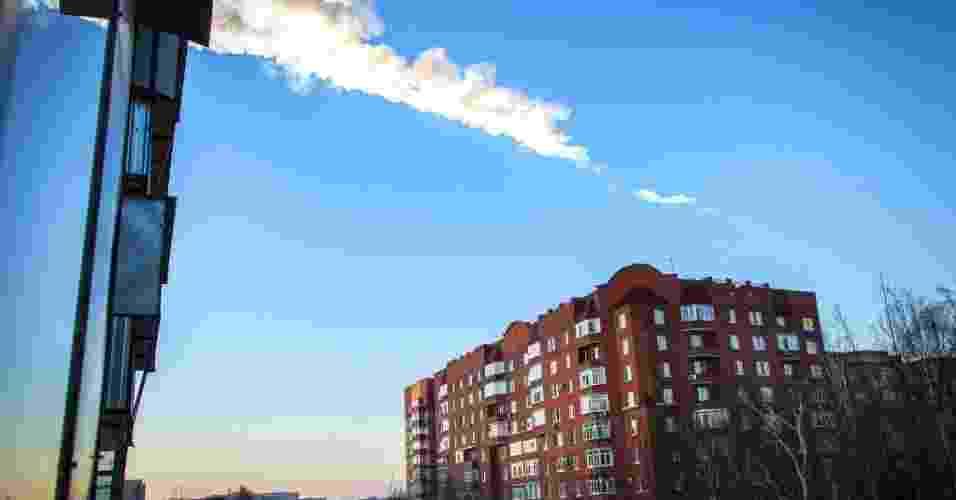 15.fev.2013 - Um meteorito caiu na região de Tcheliabinsk, nos Montes Urais (Rússia), nesta sexta-feira (15). Autoridades informaram que a queda provocou danos em prédios e casas e deixou cerca de cem pessoas feridas - Oleg Kargopolov/AFP