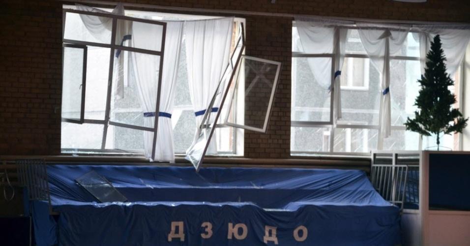 15.fev.2013 - Vidraças de prédios ficaram estilhaçadas após a queda de um meteorito na região de Tcheliabinsk, nos Montes Urais (Rússia), nesta sexta-feira (15). Autoridades informaram que cerca de cem pessoas solicitaram assistência médica, a maioria por cortes com vidros