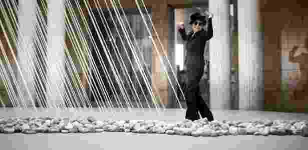 Yoko Ono posa em frente a instalação no museu Schirn Kunsthalle - REUTERS/Lisi Niesner