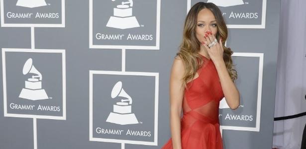 A cantora Rihanna terá sua estreia na moda nesta edição da semana de moda de Londres. Na foto, ela manda bejio ao chegar para o Grammy 2013, em Los Angeles - Mike Nelson